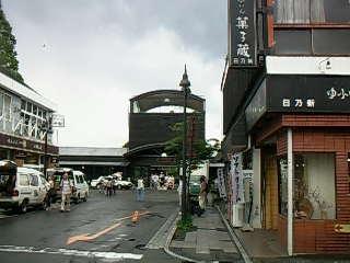 通りから駅を見る