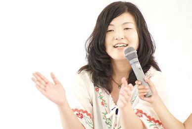 ユミは「幸せなら手をたたこう」