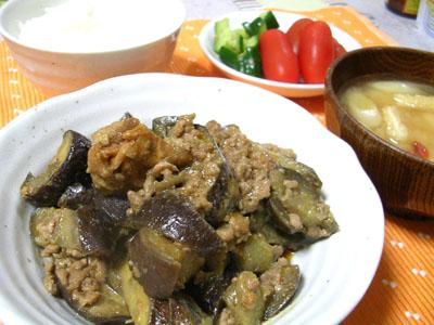 090807ナスとひき肉の味噌炒め、キュウリの漬物、トマト、ご飯、油揚げと豆腐の味噌汁