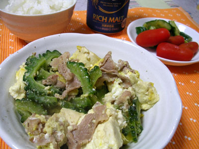 090808ゴーヤーチャンプルー、キュウリの漬物とトマト、ご飯