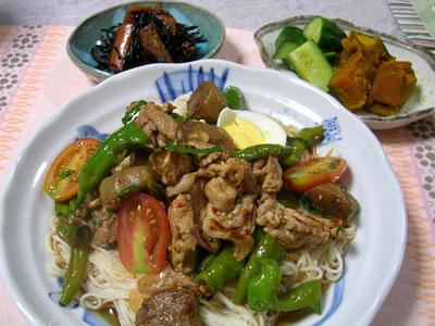 090817夏野菜のぶっかけそうめん、かぼちゃの煮物、きゅうりの漬物、ひじき