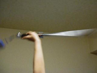剣をまわす手