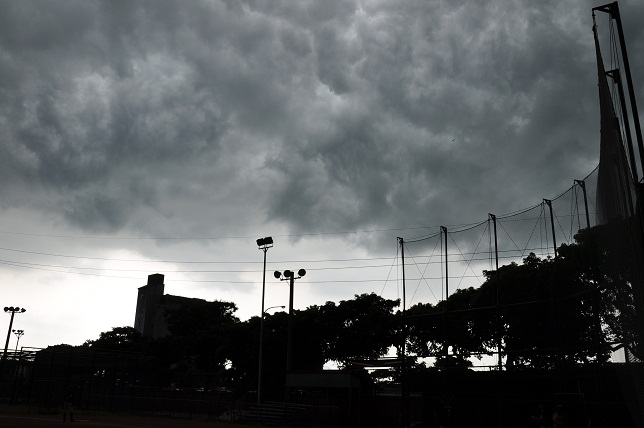 雲に覆われた永漢球場(2)