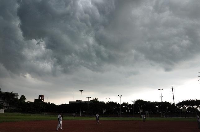 雲に覆われた永漢球場(1)