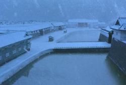 雪が舞う桜田門城下