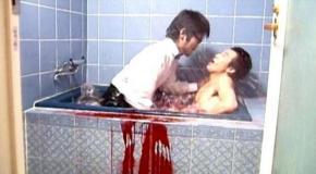 ホテルのバスルームで刺殺される男