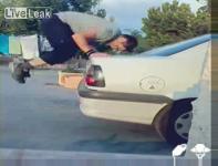 車のトランクの上で逆立ちを繰り返したらリヤウィンドウが割れました