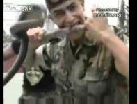 レバノン陸軍の生きた蛇を食べるサバイバル訓練