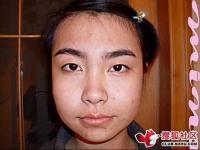 女性不信になるかもしれない化粧で激変身する女性の映像