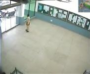 自動ドアにいきなり突っ込むパキスタンの学生