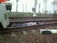 走行中の列車を利用したクレイジーなスタントというか度胸試し4編.