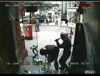 宝石店に押し入ったスレッジハンマー強盗が10秒足らずで撃退される映像