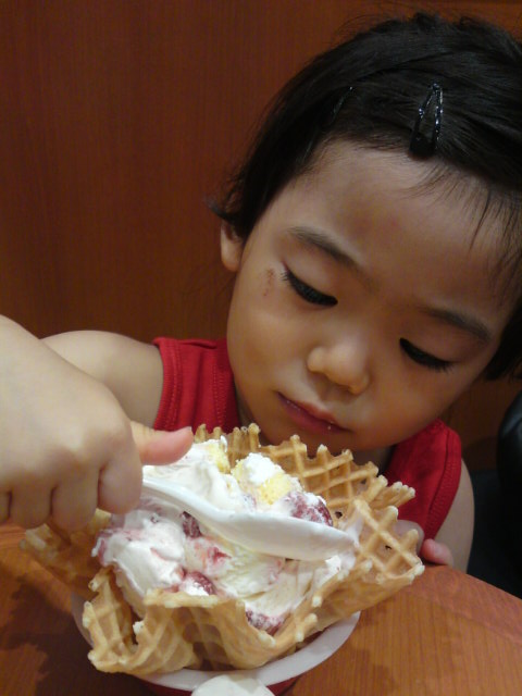アイス食べてます1