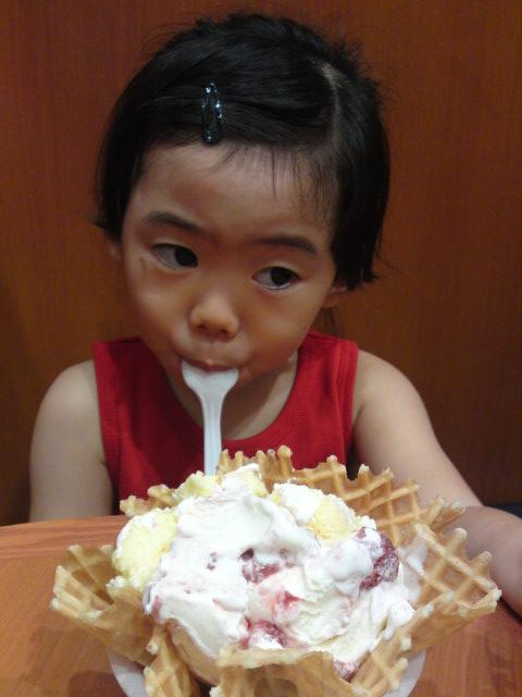 アイス食べてます2