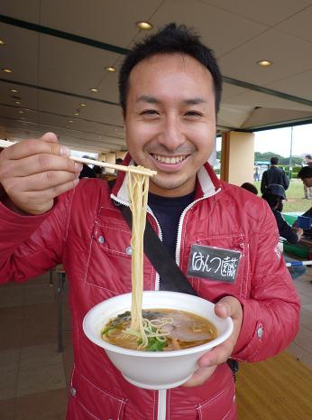 『らーめん屋台祭』@中山競馬場 「魂麺」ラーメンを手にした遠藤氏
