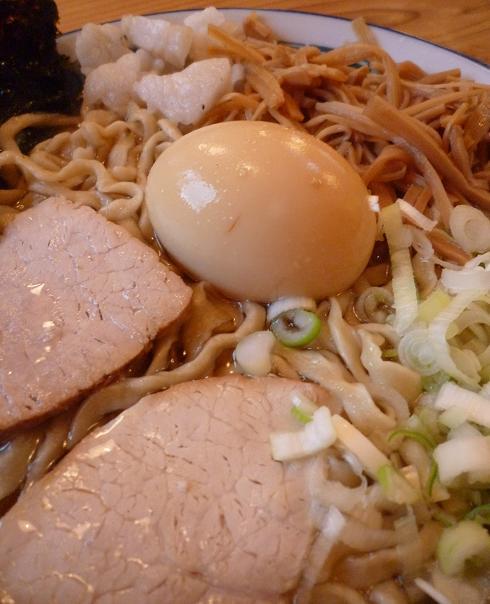 『ケンチャンラーメン山形』 中華そば+煮卵クン(アップ)