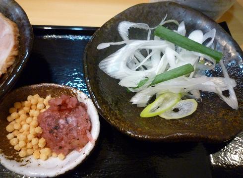『つけ麺 道』 葱と日替わりの薬味アップ