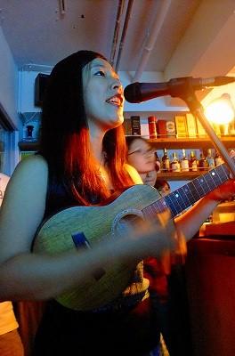 ハワイアン風の楽曲を奏でるAO AQUAさん