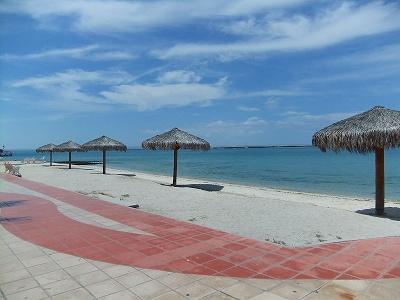 ラパスの「マレコン」(海岸通り)に沿ってできたビーチ