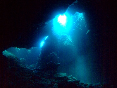 洞窟に射し込む光も強くなる