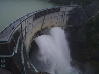 ダム放水2