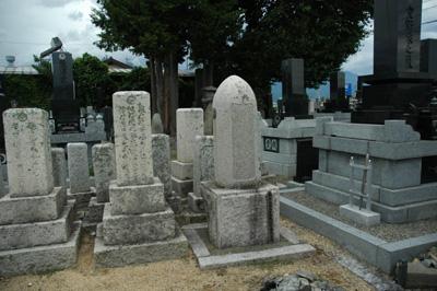 大砲の弾の墓石