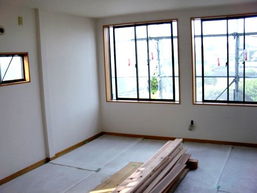 窓枠も取り付け1部屋完成