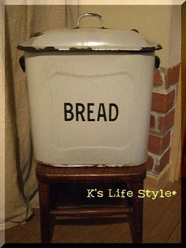 玄関のブレッド缶
