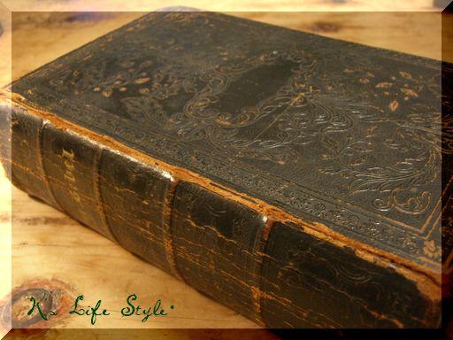 渋い黒革の本