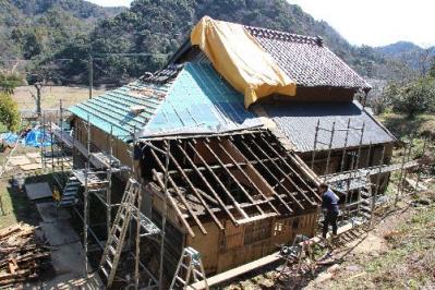 屋根工事中の古民家1