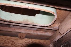 汲み取り口から便器を見る