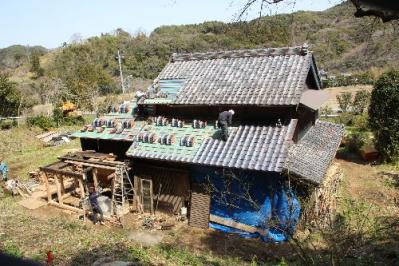 屋根瓦工事中の古民家