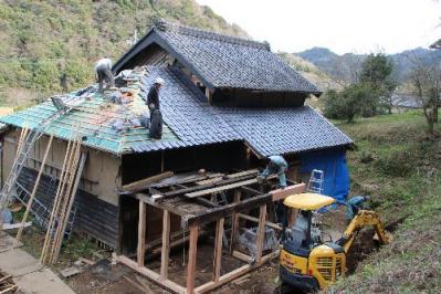 屋根瓦工事中の古民家2