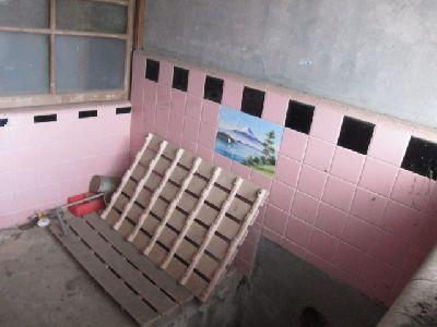 廃屋のタイルのお風呂場