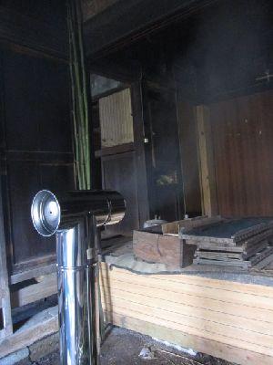 ホンマ時計型薪ストーブ煙突の煙