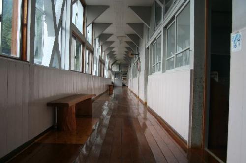 西浦小学校廊下