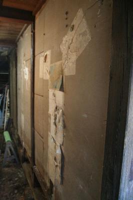 ベニヤの下の漆喰壁