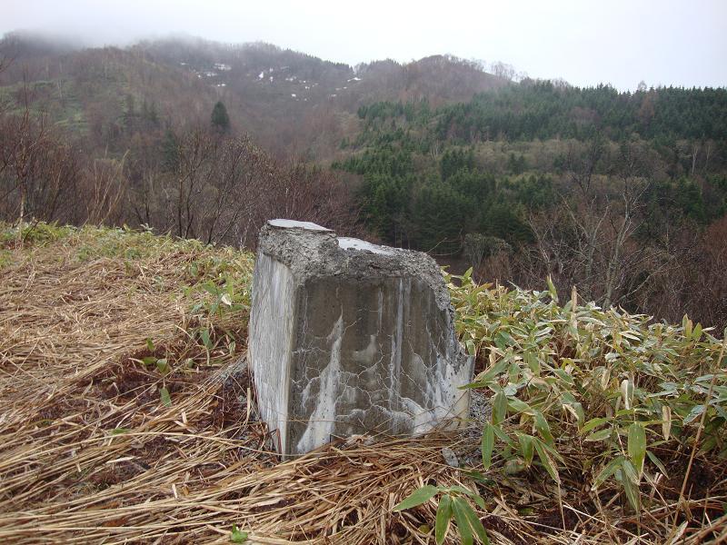 入り口の記念碑台座