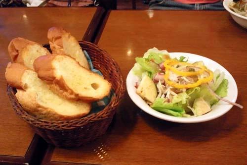 ガーリックトーストとサラダ