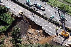 東名高速崩落