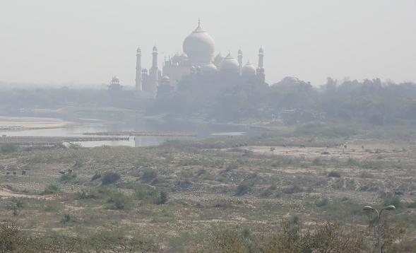 12 アグラ城からタージ・マハールを望む