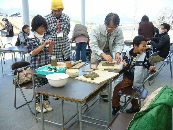 粘土を使って土笛作り