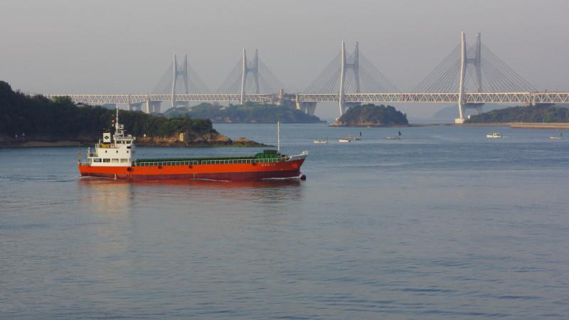 瀬戸大橋と貨物船