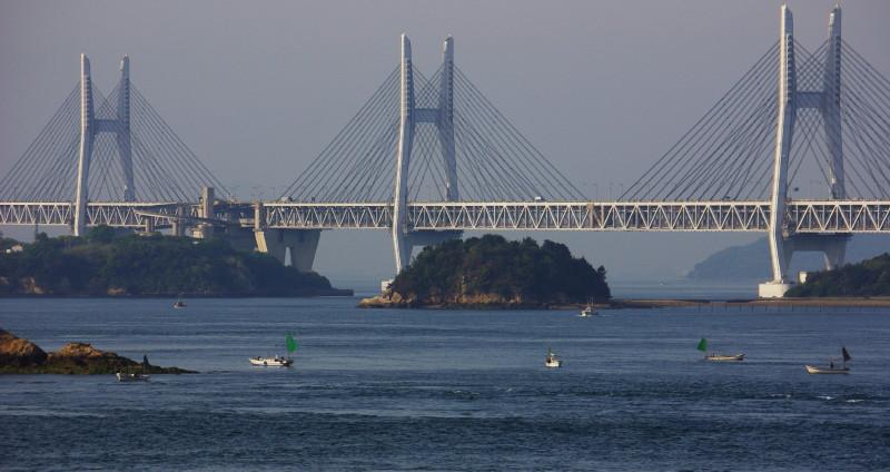 瀬戸大橋と釣り船