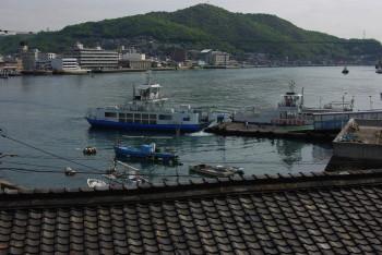 向島から 渡船と対岸の市役所