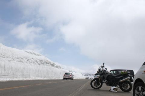 さらに登れば雪壁が高くなって