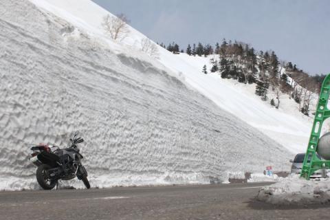 雪壁がすごい高さに
