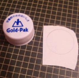 ボトルキャップに紙を貼る