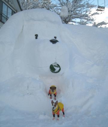 1_25_ワンコ雪像の前で2ショット
