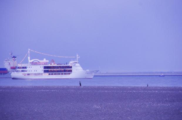どこに行く船でしょうね。